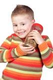 Enfant adorable avec un choc en verre avec beaucoup de pièces de monnaie Image libre de droits
