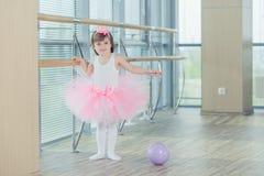 Enfant adorable dansant le ballet classique dans le studio Image libre de droits