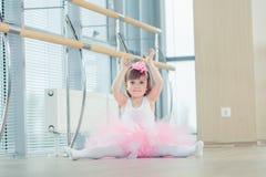 Enfant adorable dansant le ballet classique dans le studio Image stock