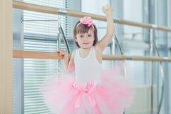 Enfant adorable dansant le ballet classique dans le studio Images libres de droits