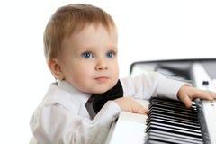 Enfant adorable jouant le piano d'électron Photographie stock