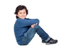 Enfant adorable s'asseyant sur l'étage photographie stock