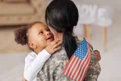 Enfant affectueux excellent disant salut à sa maman Photos libres de droits
