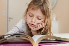 Enfant affichant un livre Photographie stock