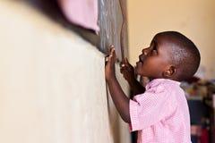 enfant africain au tableau noir Photo stock