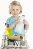 Enfant aidant avec la réutilisation Photo stock