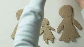 Enfant ajoutant la figure du coeur de mère et de jouet pour empaqueter la famille rêvant des parents banque de vidéos