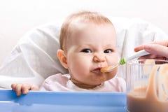 Enfant alimentant Photo libre de droits