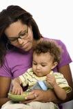 Enfant alimentant de mère. Image libre de droits