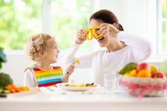 Enfant alimentant de mère La maman alimente des légumes d'enfant image libre de droits