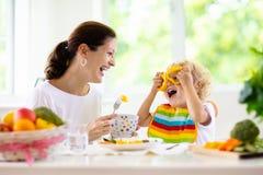 Enfant alimentant de mère La maman alimente des légumes d'enfant photo libre de droits