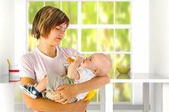 Enfant alimentant de momie Photo libre de droits
