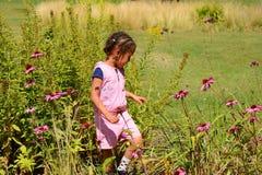 Enfant appréciant la nature Photographie stock