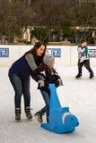Enfant apprenant au patin de glace Images stock