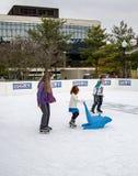 Enfant apprenant au patin de glace Photographie stock libre de droits