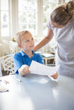 Enfant apprenant de son professeur à l'école images stock