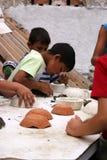 Enfant apprenant la sculpture Image libre de droits
