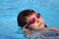 Enfant apprenant à nager, leçon de natation Photographie stock libre de droits