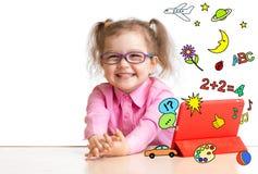 Enfant apprenant ou jouant avec la tablette Photo stock