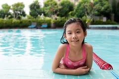 Enfant asiatique dans la piscine Images libres de droits
