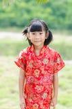 Enfant asiatique dans le cheongsam de chinois traditionnel photographie stock libre de droits