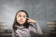 Enfant asiatique drôle pensant pour la nouvelle inspiration Images libres de droits