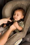 Enfant asiatique ethnique heureux de bébé mis dans le carseat Photographie stock