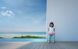 Enfant asiatique heureux avec le mur blanc dans la maison de plage moderne photos stock