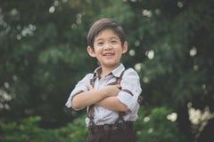 Enfant asiatique heureux extérieur image stock