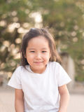 Enfant asiatique heureux sur une bascule dans la lumière de coucher du soleil photos libres de droits