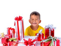 Enfant asiatique heureux tenant des cadeaux de Noël Noël ou temps newyear heureux photos stock