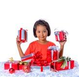 Enfant asiatique heureux tenant des cadeaux de Noël Noël ou temps newyear heureux image stock