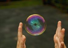 Enfant attrapant la bulle de savon Photos stock