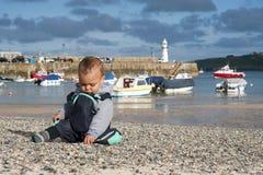Enfant au bord de la mer   Photo libre de droits