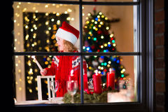Enfant au dîner de Noël de famille à la maison Photo stock