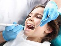 Enfant au dentiste Photos libres de droits