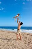 Enfant au-dessus de la plage d'été Photographie stock libre de droits