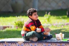 Enfant au jardin - le Caire photo stock