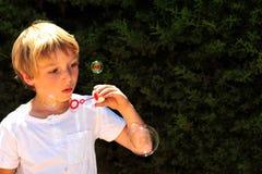 Enfant au jeu Image libre de droits