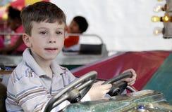 Enfant au parc d'attractions image libre de droits