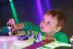 Enfant au parc d'attractions Photos stock