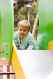 Enfant au secteur de terrain de jeu Image stock