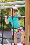 Enfant au secteur de terrain de jeu dans le jour ensoleillé Photographie stock