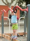 Enfant au secteur de terrain de jeu en été Images stock