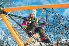 Enfant au terrain de jeu Image libre de droits