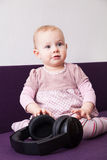 Enfant avec des écouteurs Images stock