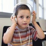 Enfant avec des écouteurs Image stock