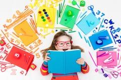 Enfant avec des approvisionnements d'école et de dessin Étudiant avec le livre image libre de droits