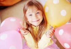 Enfant avec des ballons à air photo stock