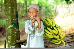 Enfant avec des bananes Photo stock